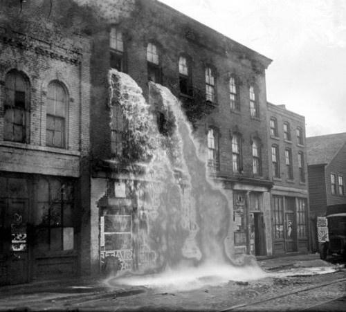 Alcohol ilegal siendo destruido en la época de la Ley Seca, Detroit 1929
