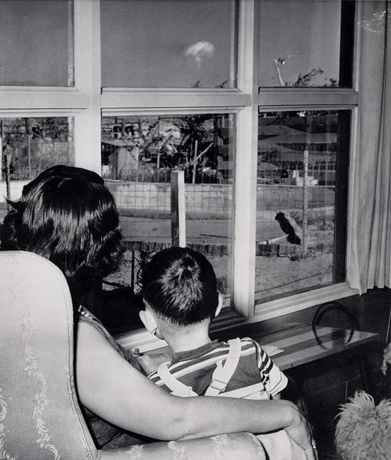Madre e hijo viendo la seta de las pruebas con bombas nucleares