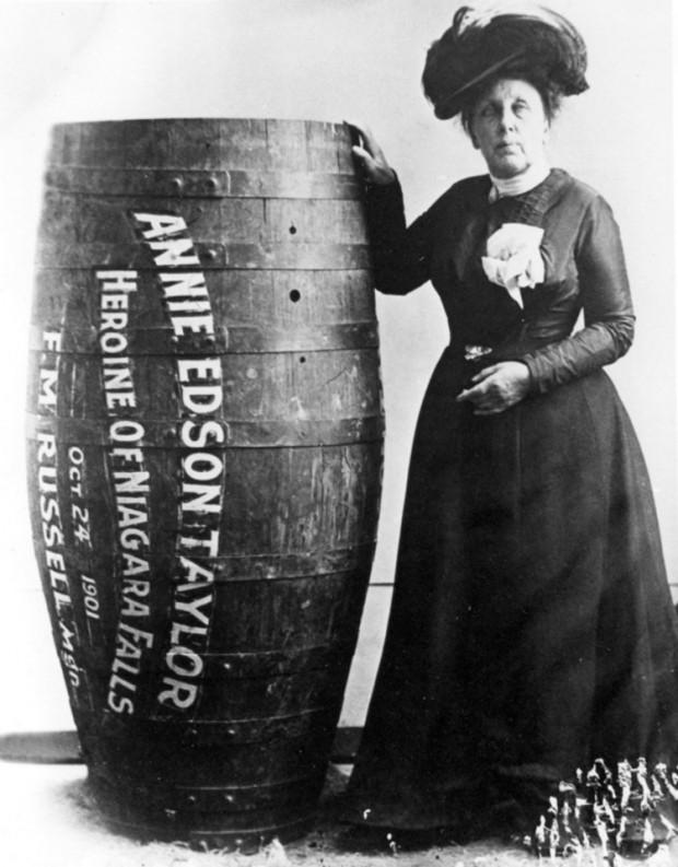 Annie Edison Taylor (1838-1921), la primera persona en saltar en un barril las cataratas de Niágara, 1901