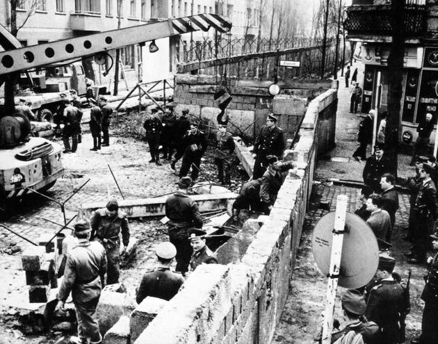 Construyendo el muro de Berlín en 1961.