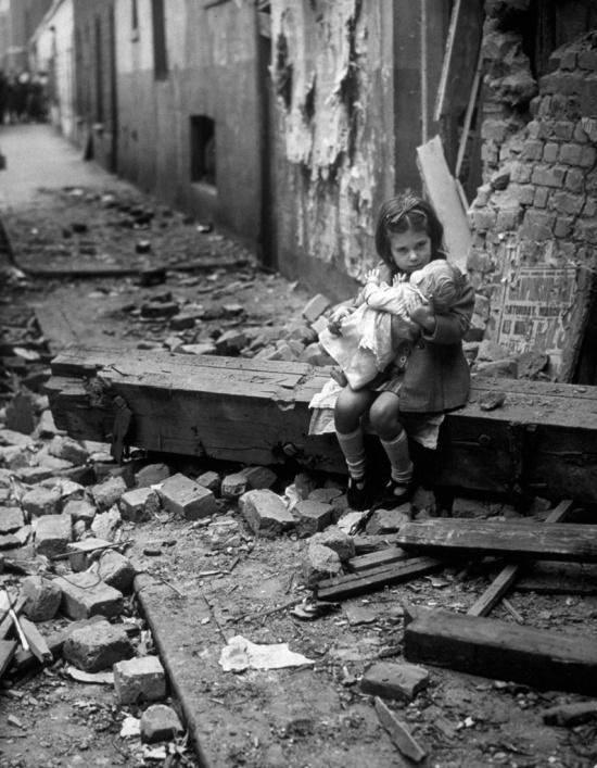 Niña consolando a su muñeca después de que una bomba destrozara su hogar en Londres, 1940