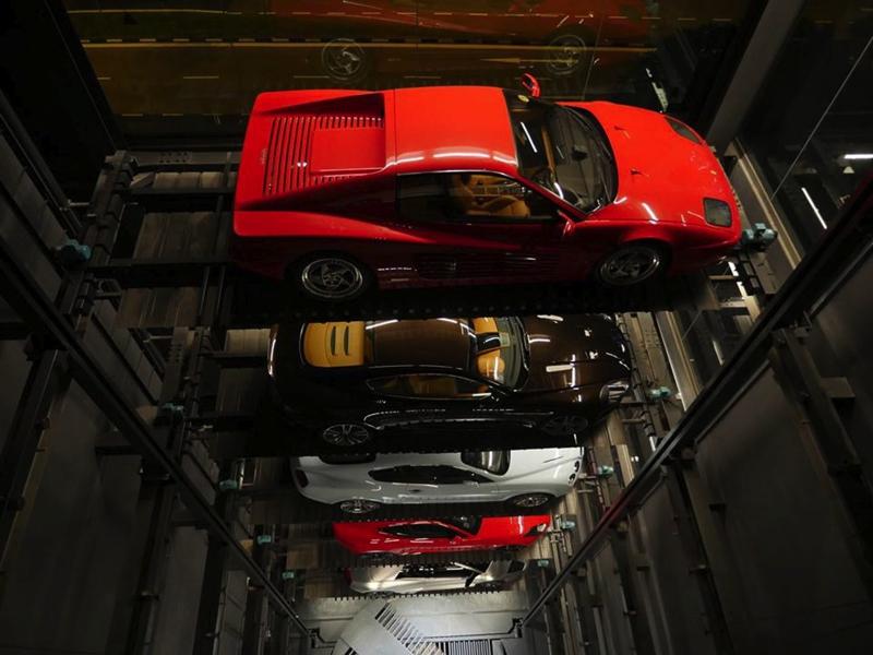 Una máquina expendedora de coches de lujo.