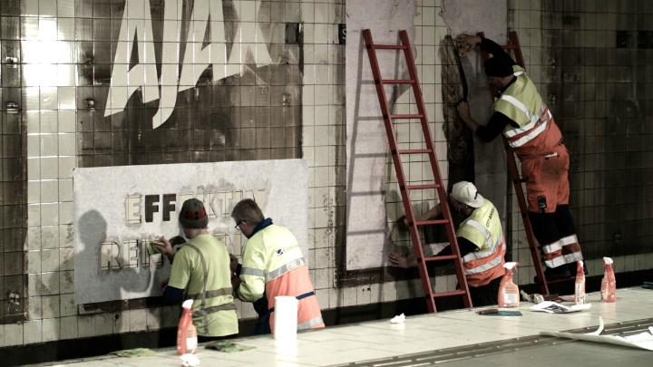 Creando el anuncio en la pared del metro
