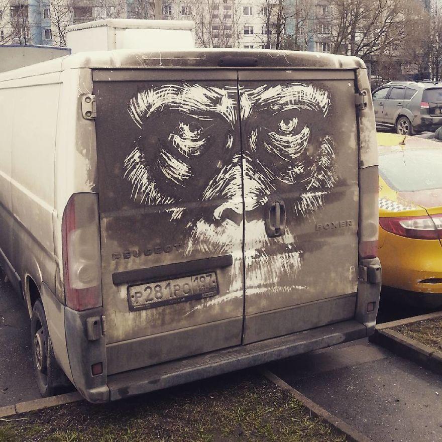 Nikita Golubev convierte la suciedad de los coches en obras de arte