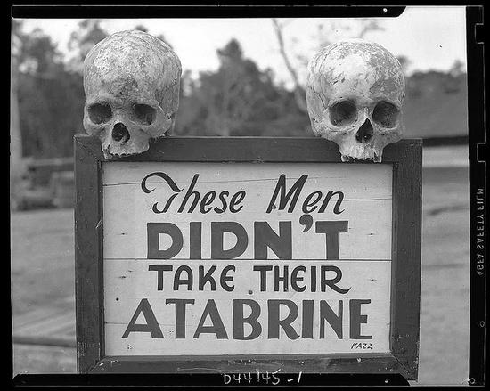 Cartel recomendando tomar Atabrine, contra la malaria, en Nueva Guinea en la 2º Guerra Mundial