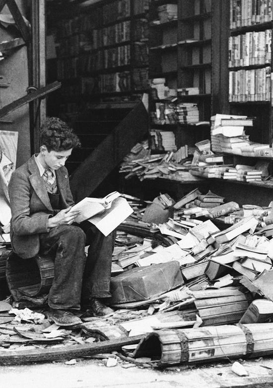 Una tienda de libros destruida por un bombardeo en Londres en 1940