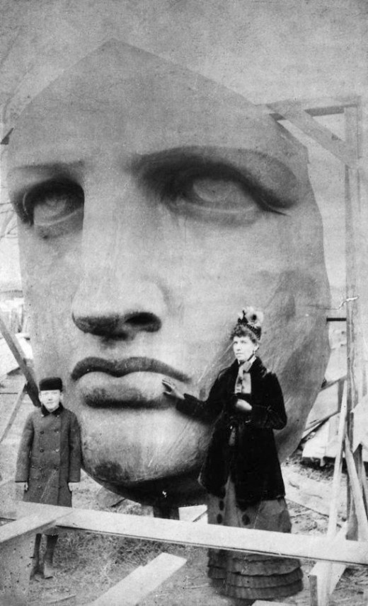 La cabeza de la Estatua de la Libertad siendo desempaquetada en 1885