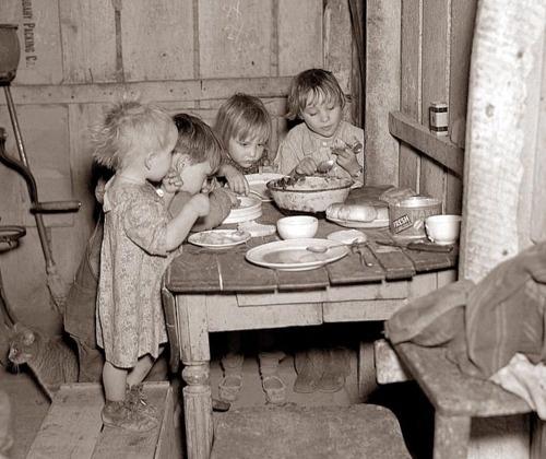 Niños comiendo su cena de navidad después de la Gran Recesión.