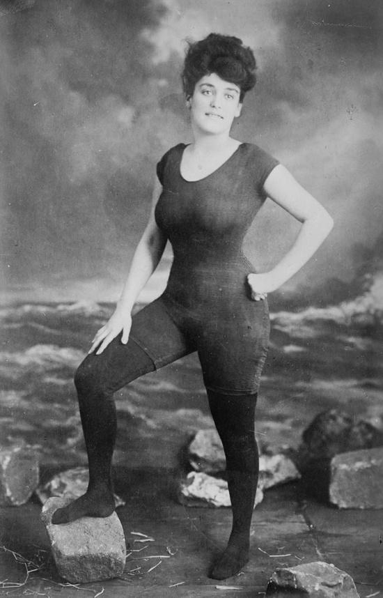 Annette Kellerman impulsa los derechos de la mujer con un traje de baño de una única pieza en 1907.