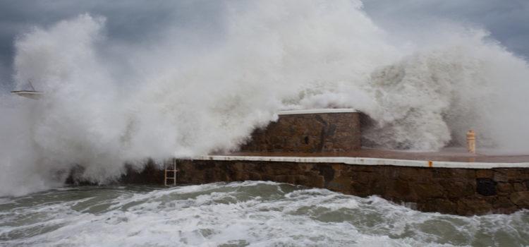 El temporal ha dejado olas gigantes en Zarautz