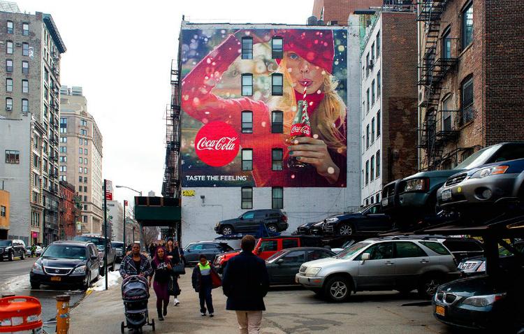 Soporte publicitario de Colossal para Coca Cola.