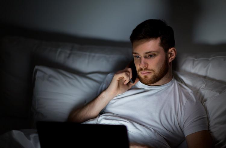 Trabajando a altas horas de la noche. Derecho a desconectar al salir del trabajo