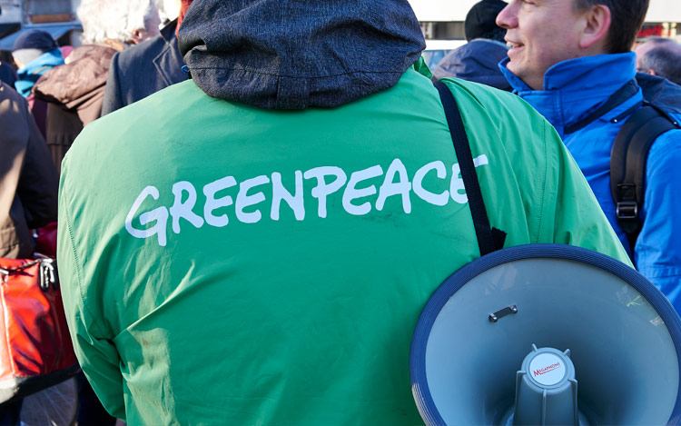 Activista Gary Cook de Greenpeace protesta contra Apple