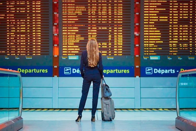 Viajera en aeropuerto. Vuelos económicos