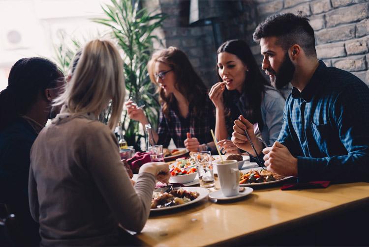 Reunión de amigos en un restaurante
