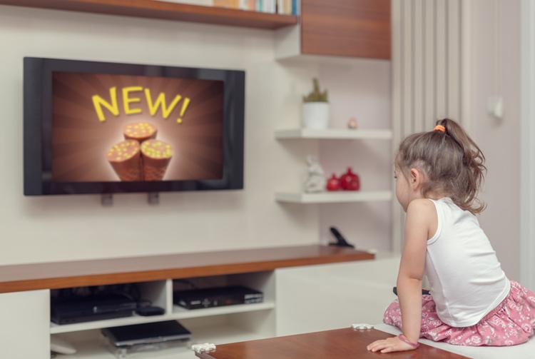 Niña ante publicidad televisiva